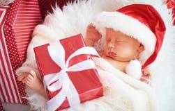 Den nyfödda längsgående stödbjälke behandla som ett barn i juljultomtenlock Arkivfoto