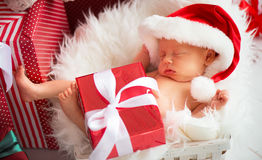 Den nyfödda längsgående stödbjälke behandla som ett barn i juljultomtenlock Royaltyfri Fotografi