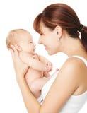 Den nyfödda lyckliga modern som rymmer, behandla som ett barn Arkivfoton