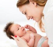 Den nyfödda mamman som rymmer, behandla som ett barn spädbarnet Royaltyfria Foton