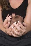 Den nyfödda modern som rymmer, behandla som ett barn Royaltyfria Bilder