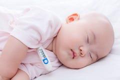 Den nyfödda närbilden behandla som ett barn att sova Arkivfoto