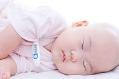 Den nyfödda närbilden behandla som ett barn att sova i säng Arkivfoto
