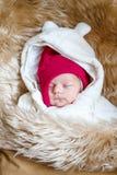 Den nyfödda ståenden av att sova behandla som ett barn i varm vinterkläder Arkivbilder