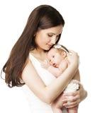 Den nyfödda modern behandla som ett barn familjståenden, mamman som omfamnar den nyfödda ungen Royaltyfri Foto
