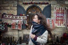 Den nyfikna handelsresanden undersöker den autentiska orientaliska basaren i centrala Asien Royaltyfri Foto