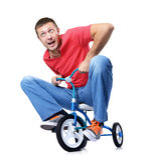Den nyfikna mannen på barns cykel Royaltyfria Foton