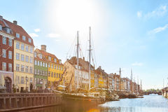 Den Nyhavn hamnen i en solig dag Arkivbilder