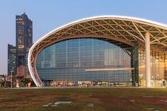 Den nyligen öppnade Kaohsiung utställningmitten och byggnaden 85 på bakgrund Royaltyfri Foto