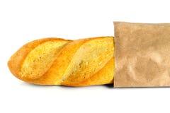 Den nytt bakade bagetten bakade ihop i en påse av papper Fotografering för Bildbyråer