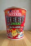 Den oöppnade krukan av nötkött och Yasai smaksätter koppnudlar Arkivbilder