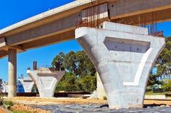 Den oavslutade enskeniga järnvägen ska passera under bron Royaltyfria Foton