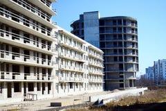 Den oavslutade konstruktionen för bostads- byggnad i Pasilaiciai Arkivbilder