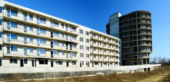 Den oavslutade konstruktionen för bostads- byggnad i Pasilaiciai Arkivfoto