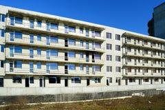 Den oavslutade konstruktionen för bostads- byggnad i Pasilaiciai Arkivbild
