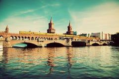 Den Oberbaum bron i Berlin, Tyskland Arkivbilder