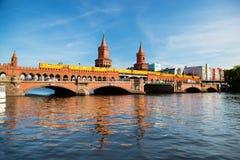 Den Oberbaum bron i Berlin, Tyskland Fotografering för Bildbyråer
