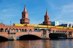 Den Oberbaum bron i Berlin, Tyskland Royaltyfri Foto