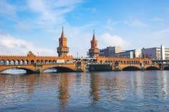 Den Oberbaum bron i den Berlin staden, Tyskland Royaltyfria Foton