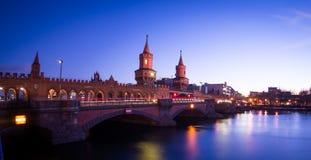 Den Oberbaum bron på natten Royaltyfri Bild