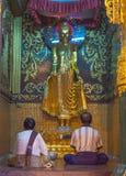 Den odefinierade buddisten ber aound den Shwedagon pagoden på Januari 7, 2011 Royaltyfria Bilder