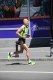 Den odefinierade mannen kör på April 16, 2016 i den 29th Belgrade maraton Arkivfoton