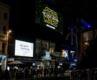 Den Odeon bion, den Leicester fyrkanten på natten med tecken som annonserar Star Wars styrkan, väcker film royaltyfri fotografi