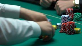 Den oerfarna hasardspelaren gör vad på den förlorande kombinationen, kasino får vinst arkivfilmer