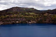 Den oerhörda blåa sjön på Mt Gambier Arkivfoton