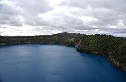 Den oerhörda blåa sjön på Mt Gambier Royaltyfri Foto
