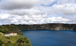 Den oerhörda blåa sjön på Mt Gambier Arkivbild