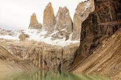 Den oerhörda Lagunaen Torres, tre granitmaxima i Patagoniadel av Torres del Paine, nationalpark, Chile, reflexion i arkivfoto