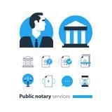Den offentliga notarius publicu servar symboler ställde in, advokatbyråmannen som försvar konsulterar dokumentet intygar Arkivfoto