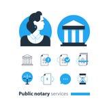 Den offentliga notarius publicu servar symboler ställde in, advokatbyråmannen som försvar konsulterar dokumentet intygar Arkivbild