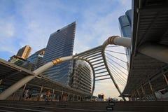 Den offentliga skyen går arkitektur mot blåttskyen Arkivfoto