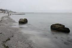 Den offentliga stranden av den Odessa Black Sea kusten med kalksten vaggar stenen Fotografering för Bildbyråer