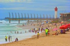 Den offentliga stranden i Umhlanga vaggar, Sydafrika Arkivfoton