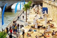 Den offentliga stranden på bankerna av floden Seine i Paris, franc arkivfoto