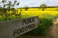 Den offentliga vandringsledet undertecknar in den engelska bygden Arkivfoto