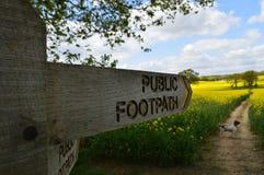 Den offentliga vandringsledet undertecknar in den engelska bygden Royaltyfri Bild