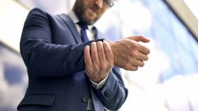 Den officiella manliga känsliga handleden att smärta, inflammationobehag, osteoarthritis stukar arkivbilder