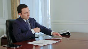 Den ohederliga affärsmannen i dräkt ser tillbaka, räknar pengar och tar någon eurosedel stock video