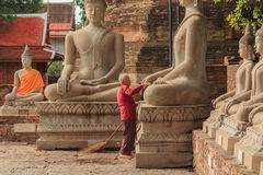 Den oidentifierade äldre mannen gjorde ren templet Royaltyfri Fotografi