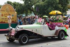 Den oidentifierade antika bilen deltar ståtar i tusen dollar av att öppna den traditionella stearinljusprocessionfestivalen av Bu Arkivbild