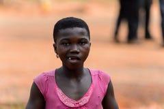 Den oidentifierade Ashanti flickan tuggar ett gummi i den lokala byn aseptic royaltyfri fotografi