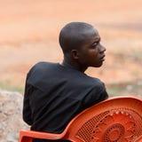 Den oidentifierade Ashanti mannen ser omkring i den lokala byn aseptic royaltyfri foto