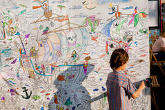 Den oidentifierade barnteckningen på ett stort ark av pappersbilder med piratkopierar och havsaffärsföretaget Arkivbilder