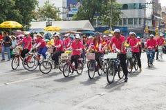Den oidentifierade cykeln deltar ståtar i tusen dollar av att öppna den traditionella stearinljusprocessionfestivalen av Buddha Fotografering för Bildbyråer