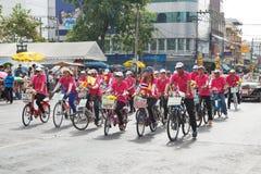 Den oidentifierade cykeln deltar ståtar i tusen dollar av att öppna den traditionella stearinljusprocessionfestivalen av Buddha Royaltyfri Foto