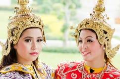 Den oidentifierade dansaren utför thailändsk folkdans Royaltyfri Fotografi